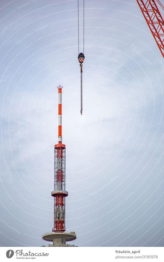 verpasste Verbindung UT19 I HH Außenaufnahme Farbfoto Haken Hamburg Kran Mast Tag Tageslicht bauen orange weiß Himmel Baustelle Industrie Menschenleer
