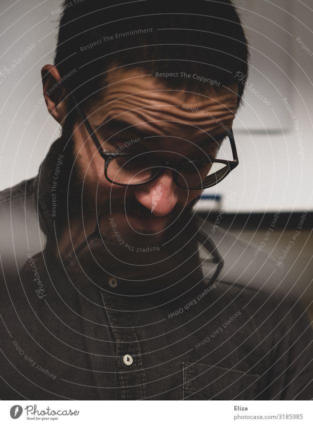 Skeptiker Mensch Jugendliche Mann Junger Mann dunkel 18-30 Jahre Erwachsene Denken maskulin nachdenklich Brille Zukunftsangst Stress Sorge Scham Erschöpfung