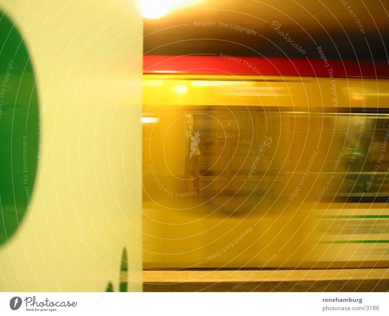 Berlin Sbahn Eisenbahn Station Bewegungsunschärfe Abfahrt Geschwindigkeit Reflexion & Spiegelung Farbfoto