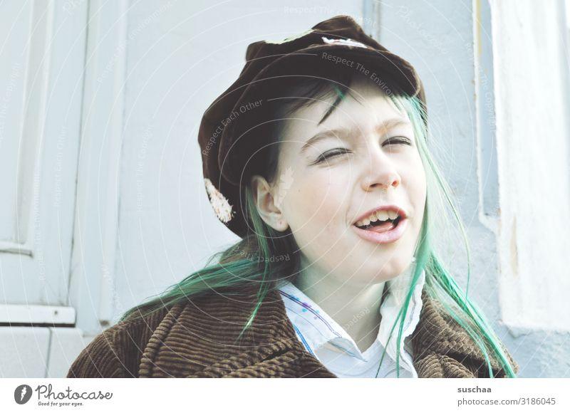 komisch gucken Kind Mädchen Gesicht lustig lachen Lächeln verrückt Karneval Mütze Grimasse Witz