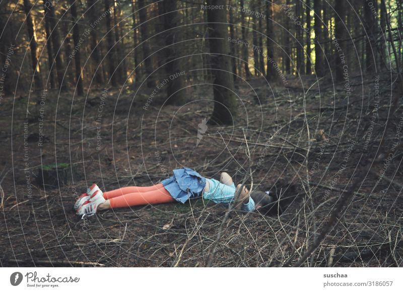 alice im wunderlang / kind liegt auf waldboden und schaut in ein kaninchenloch Kind Mädchen Wald Baum Loch Waldboden interessant schauen Blick Neugier Gefahr