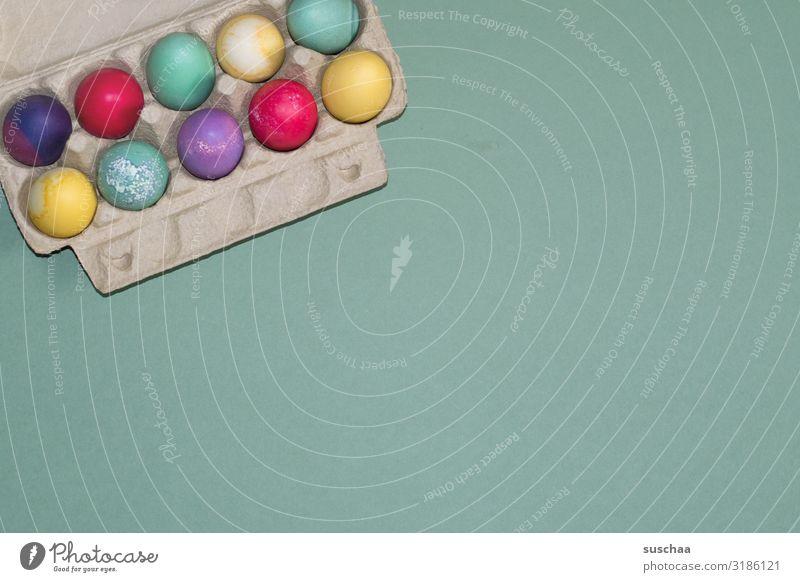 frohe ostern (2) Ei Eier gefärbte Eier mehrfarbig Ostern Osterei Frühling Eierkarton gelb Aufbewahrung Lebensmittel Tradition färben Textfreiraum Eiweiss