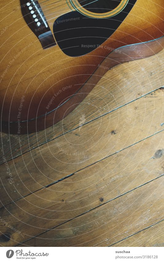 gitarre, angeschnitten Holz Musik Romantik Show Bühne Gitarre Band Musikinstrument Holzfußboden Anschnitt Musiker Klang Feuerstelle Saite musizieren akustisch