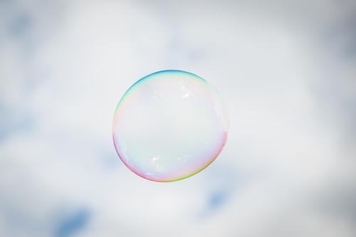 fliegende Seifenblase schön Freude Glück Freiheit hoch Spielzeug