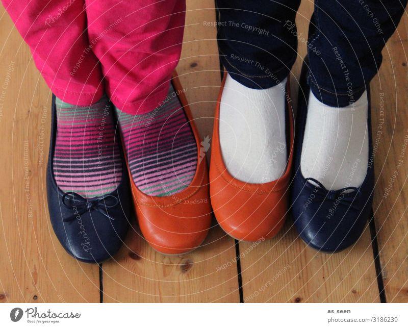 Schuhtausch Kindererziehung Kindergarten Jugendliche Fuß 2 Mensch Mode Strümpfe Schuhe Ballerina stehen lustig braun orange rosa schwarz weiß Partnerschaft