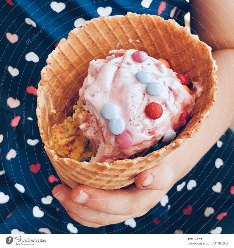 eiszeit | ist immer Speiseeis Essen Kind Hand entdecken Erholung festhalten genießen kalt lecker nah Kindheit Eiszeit Waffel Schokolinsen lutschen Farbfoto