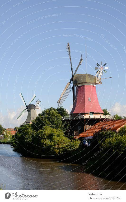 Zwillingsmühlen in Greetsiel Bach Ostfriesland Krummhörn Niedersachsen Deutschland Europa Kleinstadt Windmühle Sehenswürdigkeit Wahrzeichen blau braun grün rosa