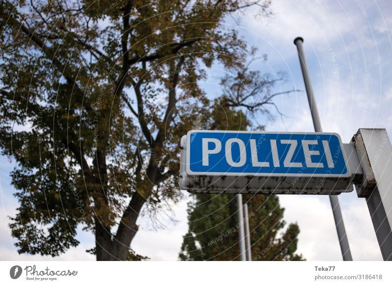 Die Polizei. Beruf Arbeitsplatz Schilder & Markierungen Hinweisschild Warnschild ästhetisch Polizeiwagen Farbfoto Außenaufnahme