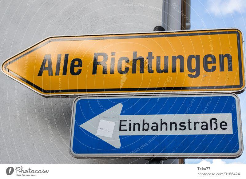 Die Zukunft. Zeichen Schilder & Markierungen Hinweisschild Warnschild Verkehrszeichen Zukunftsangst Zukunftsorientiert Richtung Einbahnstraße Farbfoto