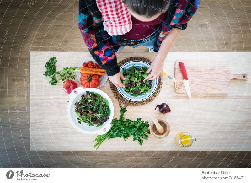 Frau bereitet Gemüsesalat zu Salatbeilage rühren Küche heimwärts Gesundheit Lebensmittel Vegetarische Ernährung Diät frisch reif Mahlzeit Speise