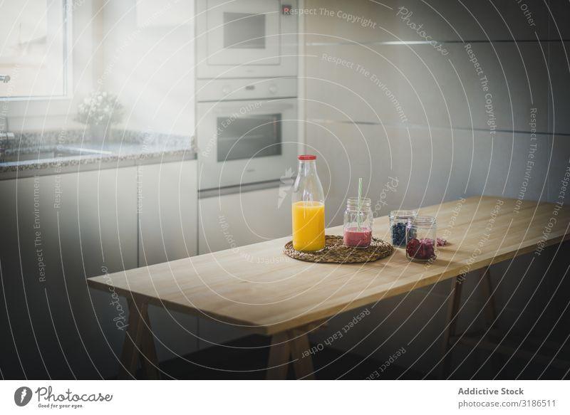 Gesundes Essen und Trinken auf dem Tisch Gesundheit Lebensmittel Getränk Beeren Küche heimwärts Gläser Flasche Diät frisch Milchshake Saft organisch