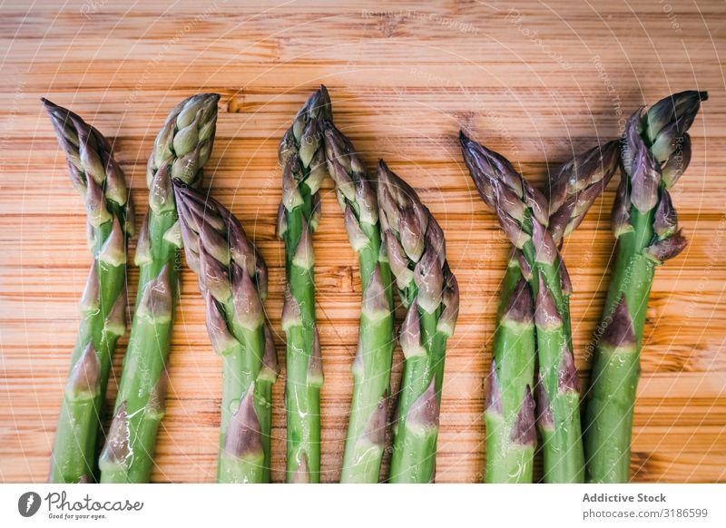 Ein Bund grüner Spargel auf Holzoberfläche Haufen Gemüse Oberfläche Zutaten frisch Diät Lebensmittel organisch Gesundheit Vegetarische Ernährung Landwirtschaft