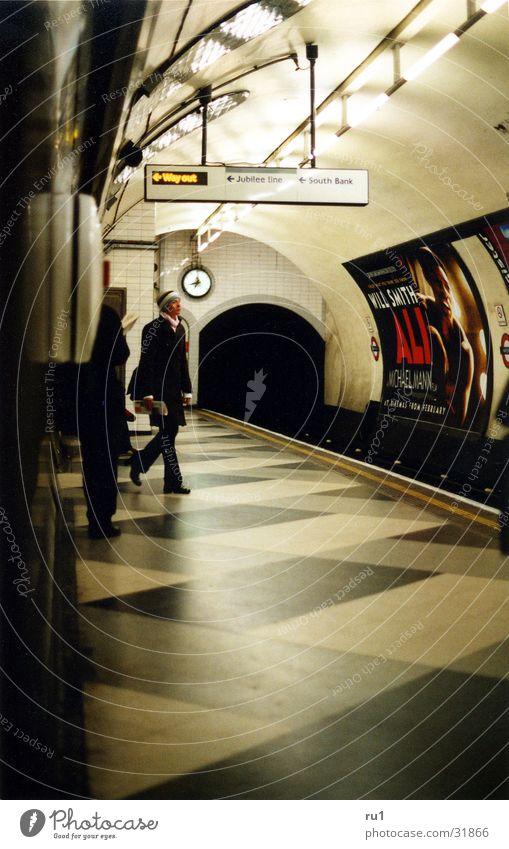 London Tube-5 Frau Mensch warten Verkehr London Underground England
