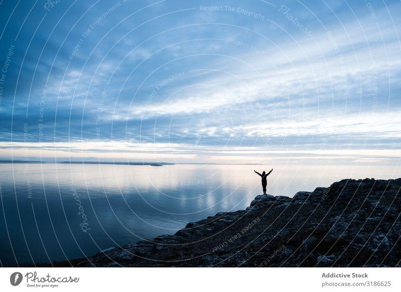Glücklicher Mann an der felsigen Küste springen Freude Meer Mensch Aufregung Wales Fröhlichkeit Errungenschaft Energie Aktion positiv Triumph Freiheit