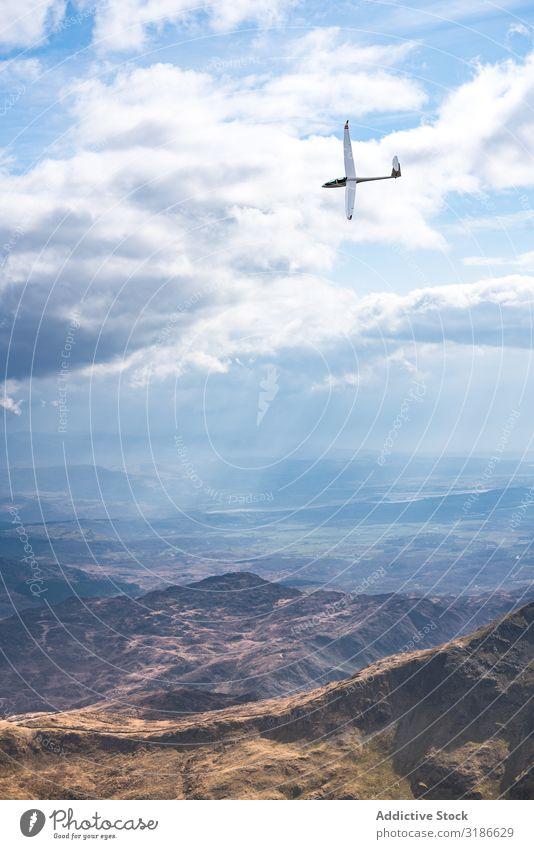 Kleinflugzeug fliegt über Berge Gleitschirm fliegen Himmel Berge u. Gebirge Sport Freiheit Segelfliegen blau Freizeit & Hobby Wind Freude Fliege Höhe