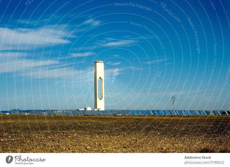 Hoher Turm im Photovoltaik-Kraftwerk Sonnenenergie Paneele Station hoch Himmel Wolken Sonnenstrahlen Tag Energie Elektrizität Technik & Technologie Gebäude