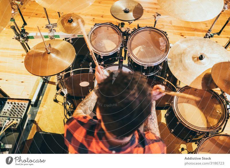 Musiker spielt Trommel Mann Schlagzeuger Spielen Instrument Lifestyle Klang Konzert Trommelstöcke Künstler Lied Entertainment Freude Leistung Felsen Kreativität