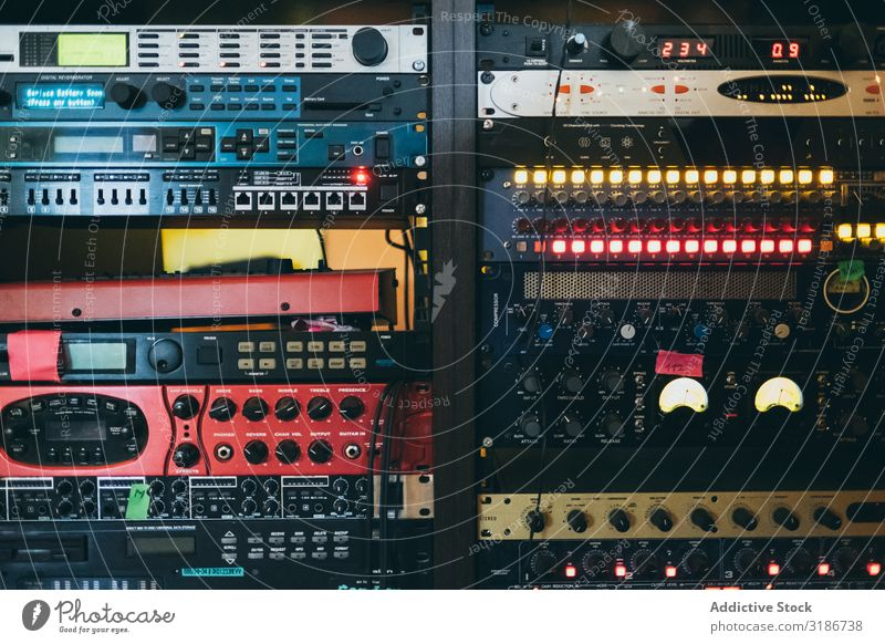 Musik-Sound-Stereo-Maschinen-System Panel Umschalter Ingenieur Komponist Überwachung Zahnrad Klang Produktion Radio Techniker Studioaufnahme professionell
