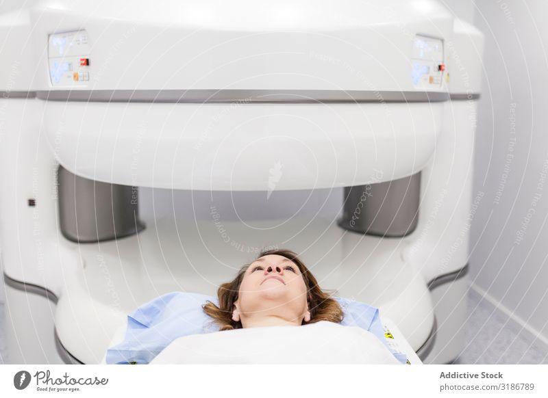 offene magnetische Resonanzmaschine Prüfung Maschine Patient durchmachend Radiologie Frau Jugendliche Mensch Radiologin Onkologie Krankenhaus Beruf Lächeln
