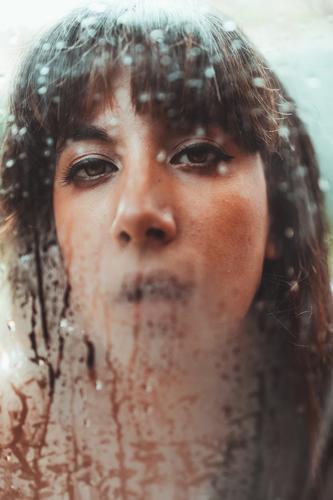 Frau, die auf nassem Glas atmet. atmen Oberfläche durchsichtig Wasser Tropfen