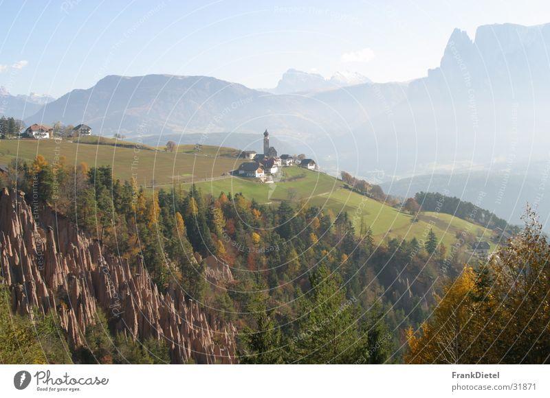 Erdpyramiden am Ritten Südtirol Oberbozen am Ritten Hochplateau Berge u. Gebirge Schutzstein kegelförmig