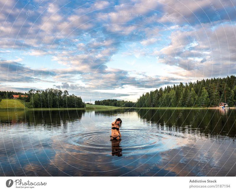 Frau im Wasser in schöner Landschaft Glück Ferien & Urlaub & Reisen Freizeit & Hobby Tourismus Lifestyle