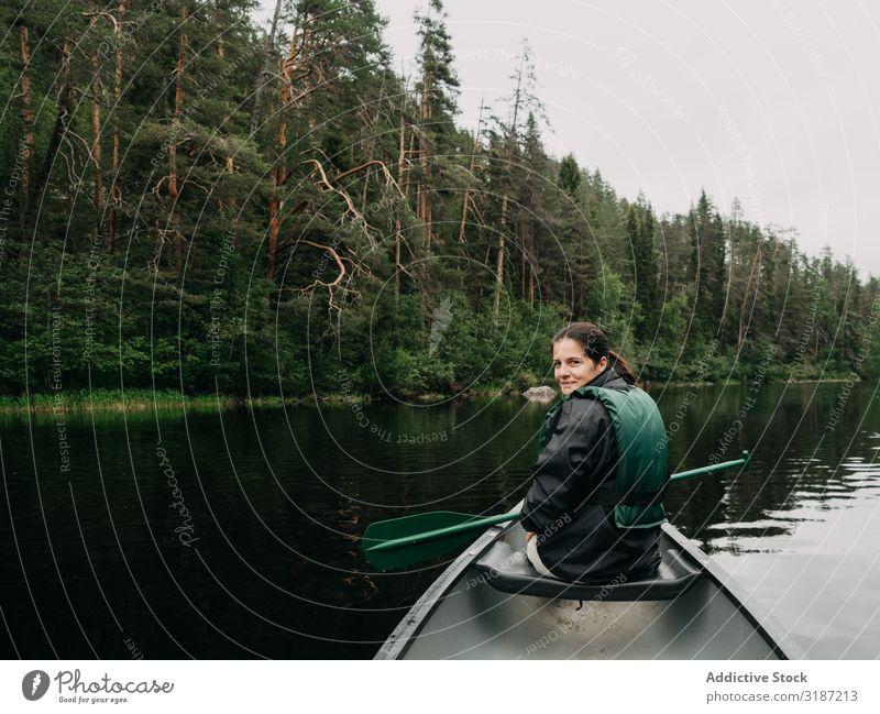 Frauenbootfahren auf dem Waldfluss in Finnland Bootfahren Fluss Ferien & Urlaub & Reisen Lifestyle Sommer Ruder Rettungsweste Jugendliche Wasserfahrzeug Freude