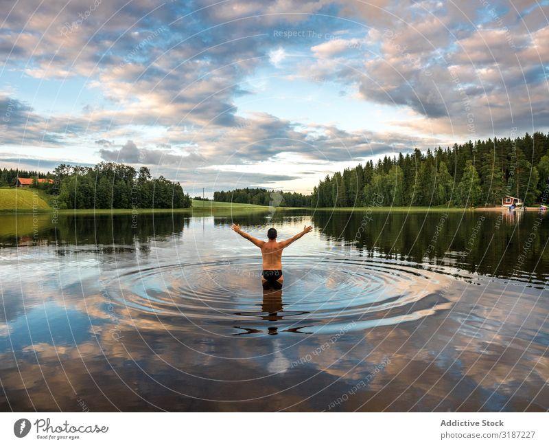Mann im Wasser stehend mit offenen Händen Öffnung Arme Glück Ferien & Urlaub & Reisen Freizeit & Hobby Tourismus Lifestyle Mensch Genuss Finnland Schwimmsport