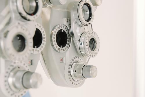 Sehtestgerät in der Arztpraxis Sehvermögen Prüfung & Examen Maschine Stuhl Optiker Klinik Büro modern Gerät Ophthalmologie Optometrie Gesundheit Instrument