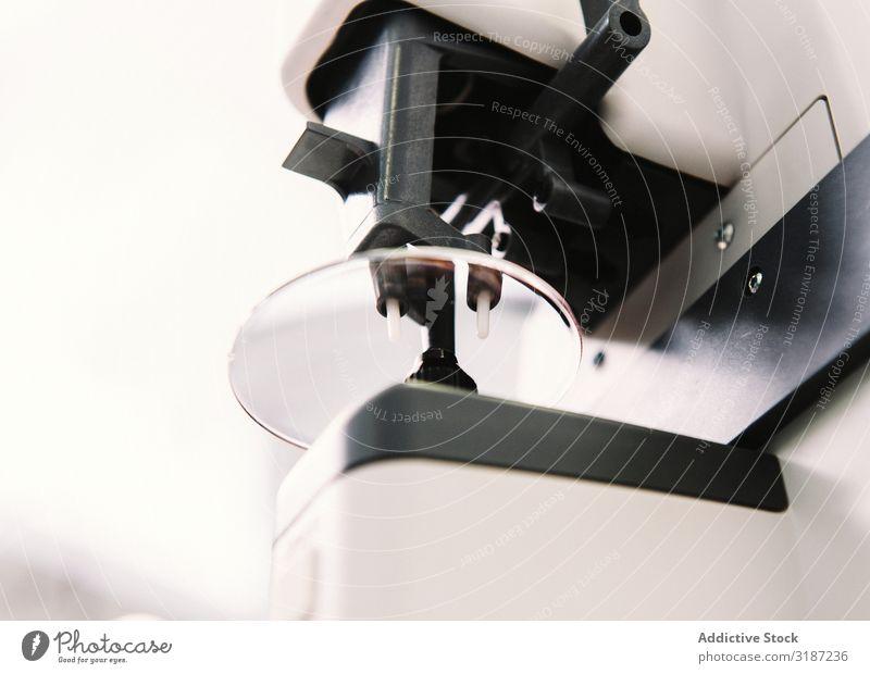 Werkzeug zur Herstellung von Brillengläsern Augenoptikerin Linse Labor Brillenträger professionell Medikament Gerät Vorbereitung Präzision Ophthalmologie