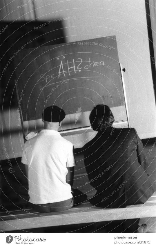 Schulbank drücken Freundschaft Blick Tafel Verständigung lesen Stil lernen Schule Mensch sprechen vernünftig ablesen vertehen