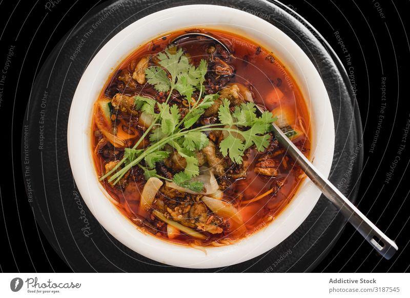 Vorbereitete appetitanregende Froschsuppe auf weißem Teller Lebensmittel Suppe Fleisch Gemüse Zwiebel Gurke Koriander Chili Thai asiatisch Speise Mahlzeit