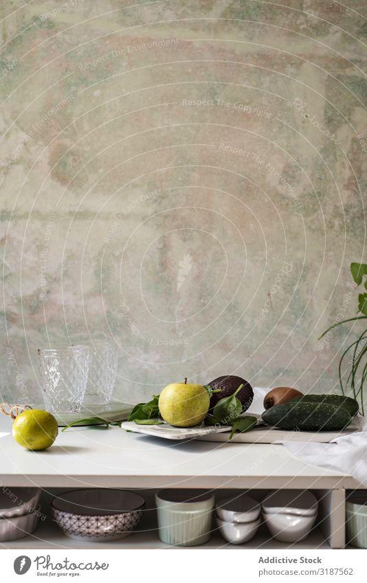 Frische Zutaten, mit Apfel, Gurke, Kiwi und Avocado nach Rezept von Green Smoothies. Milchshake Entzug Frucht Gemüse grün Stillleben Spinat Lebensmittel