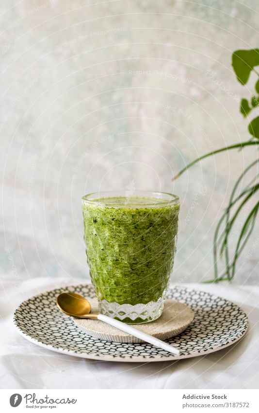 Gesunde grüne Smoothie-Entgiftung Milchshake Entzug Saft trinken Spinat Gesundheit Lebensmittel Frucht Gemüse Avocado Apfel Vegetarische Ernährung organisch
