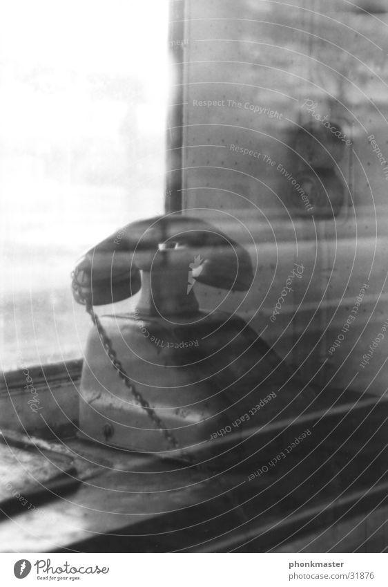 altes Telefon in Bahnhaus Fenster Nostalgie obskur
