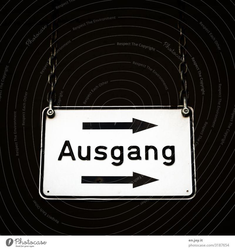 da geht's raus Zeichen Schriftzeichen Schilder & Markierungen Hinweisschild Warnschild Verkehrszeichen Pfeil hängen eckig Ausgang Wegweiser Kette