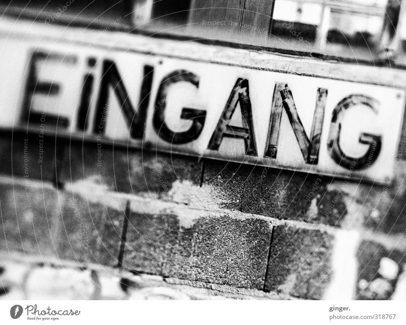 UT Köln   Ehrenfeld   Entering the Lightdeck ;) alt weiß schwarz Haus Umwelt Wand Mauer Fassade Schilder & Markierungen Hinweisschild einfach Buchstaben Industriefotografie verfallen Backstein Eingang