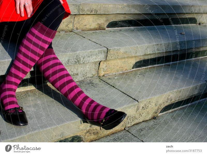 Treppe mit Socken Mensch feminin Junge Frau Jugendliche Erwachsene Beine 1 sitzen grau Farbfoto Außenaufnahme Textfreiraum Mitte Tag