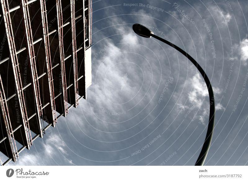grade und krumm Himmel Wolken Schönes Wetter Stadt Hauptstadt Stadtzentrum Haus Hochhaus Parkhaus Plattenbau Laternenpfahl Straßenbeleuchtung Mauer Wand Fassade