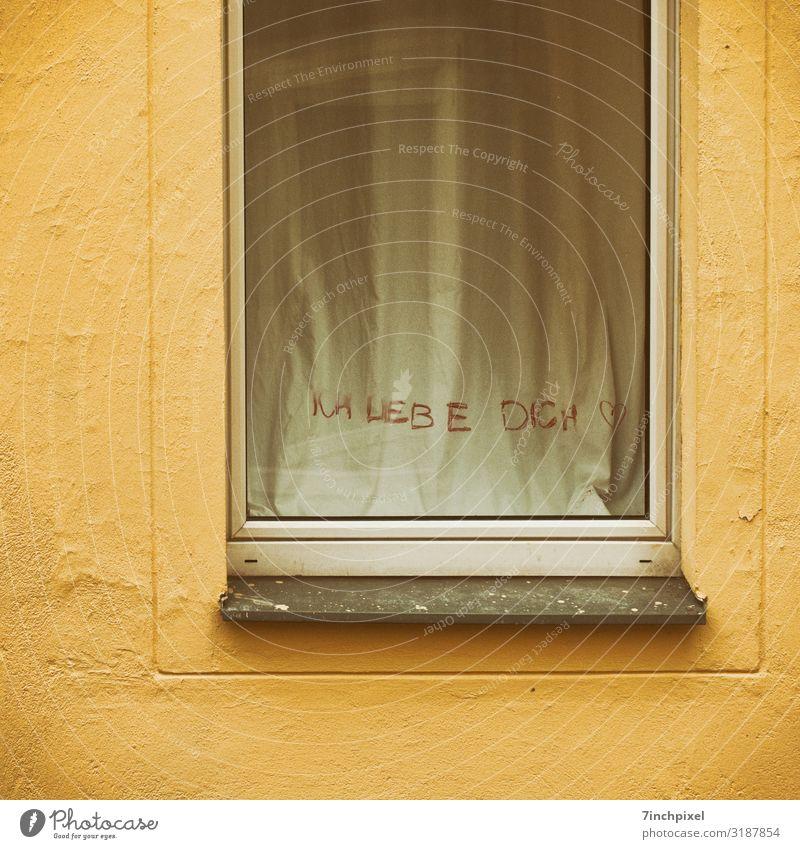 Lippenstiftbekenntnis Haus Mauer Wand Fenster Stein Glas trist gelb Gefühle Liebe Fensterbrett Gardine Farbfoto Gedeckte Farben Außenaufnahme Menschenleer