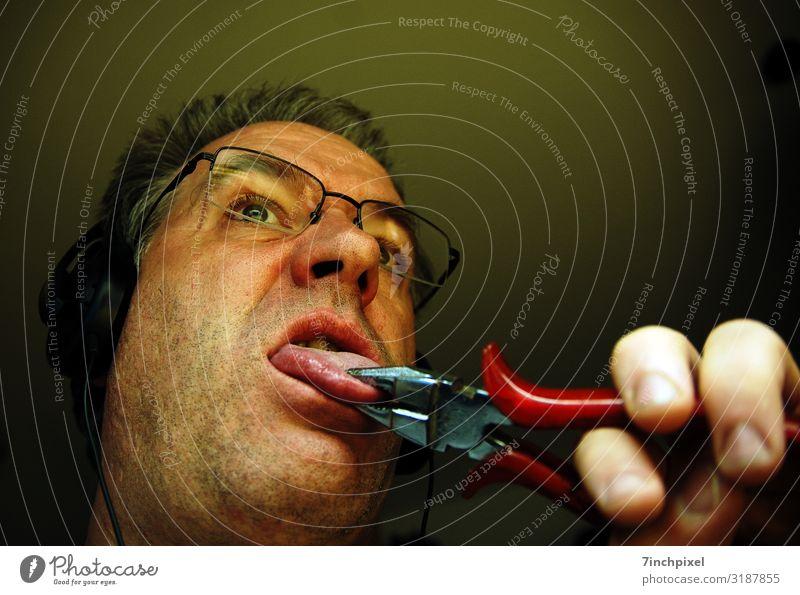 Ein Mann mit Kopfhörer zieht mit einer Zange an seiner Zunge Mensch maskulin Erwachsene Bart 1 45-60 Jahre Dreitagebart lustig braun grün rot Entsetzen Unglaube