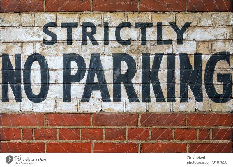 Hier nicht Parken Parkverbot Mauer Schrift Rot Weiß Schwarz Wand Außenaufnahme Menschenleer Textfreiraum unten Stein Fugen Schriftzeichen Fassade