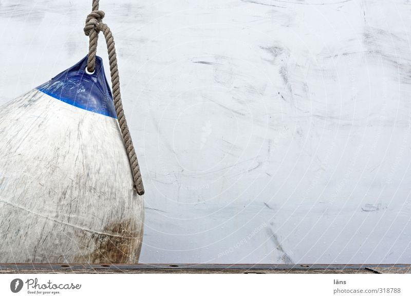 unter druck Schifffahrt Seil Stahl Kunststoff berühren alt dreckig blau weiß Schutz Fender Schiffsrumpf Dock ankern Lücke Sicherheit Stoßdämpfer Farbfoto