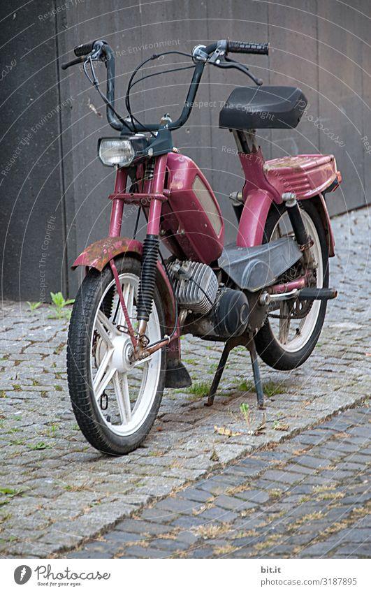 Altes Mofa parkt auf dem Gehweg. Lifestyle Stil Design Freizeit & Hobby Ausflug Abenteuer Ferne Freiheit Handwerker Verkehr Verkehrsmittel Verkehrswege Fahrzeug