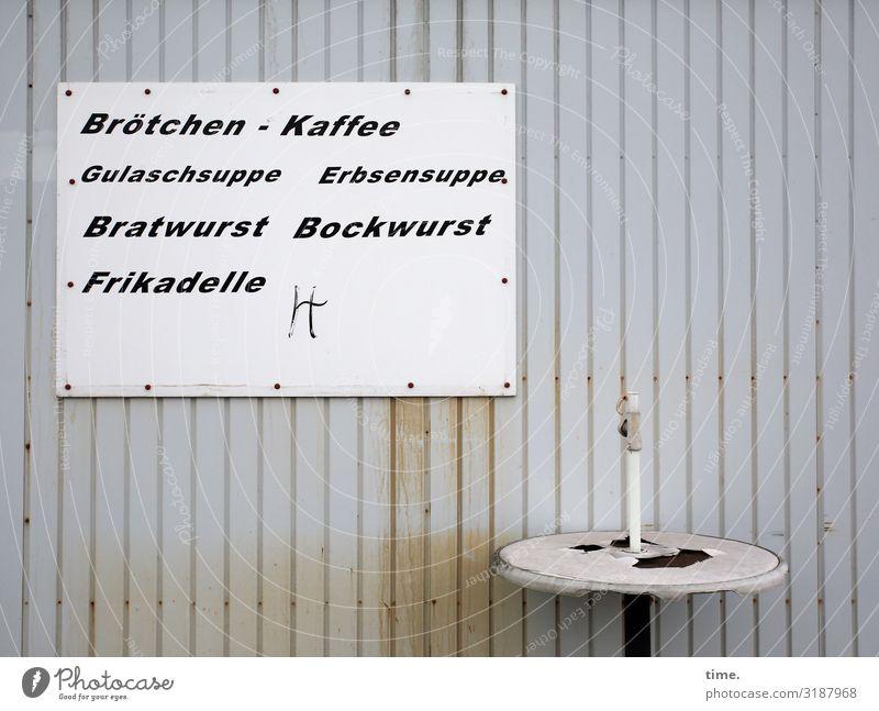 Mittagstisch Stadt ruhig Lebensmittel Wand Mauer grau Ernährung Metall Schriftzeichen trist Tisch Schilder & Markierungen Kreativität genießen kaputt