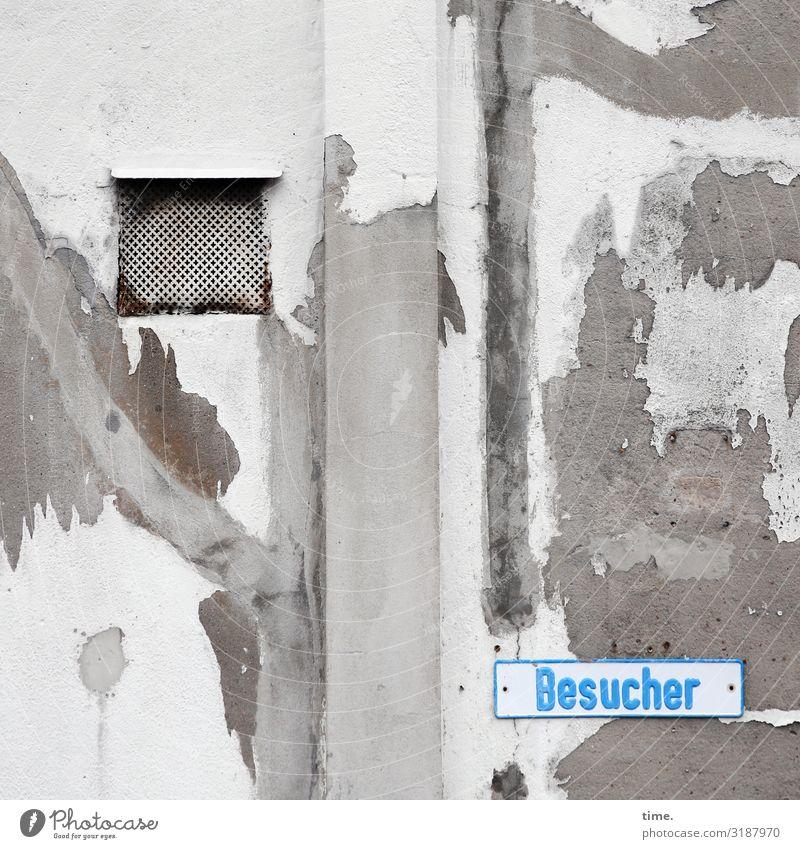 Flickwerk skurril fassade perpektive inspiration rätsel wand zusammenhalt riss spalte kaputt trashig senkrecht grau putz mauer haus besucher schild buchstaben