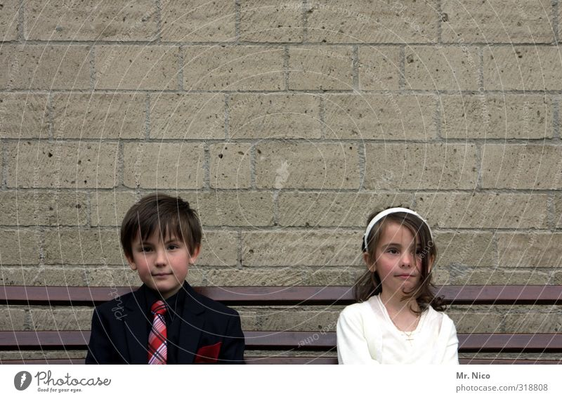 Die Gedanken sind frei Mensch Kind weiß rot Mädchen schwarz Wand Gefühle lachen Junge Mauer Gebäude Mode träumen Stimmung Kindheit