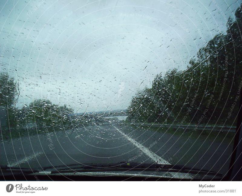 A1 im Regen Regen Wassertropfen Brücke Autobahn Seitenstreifen Scheibenwischer
