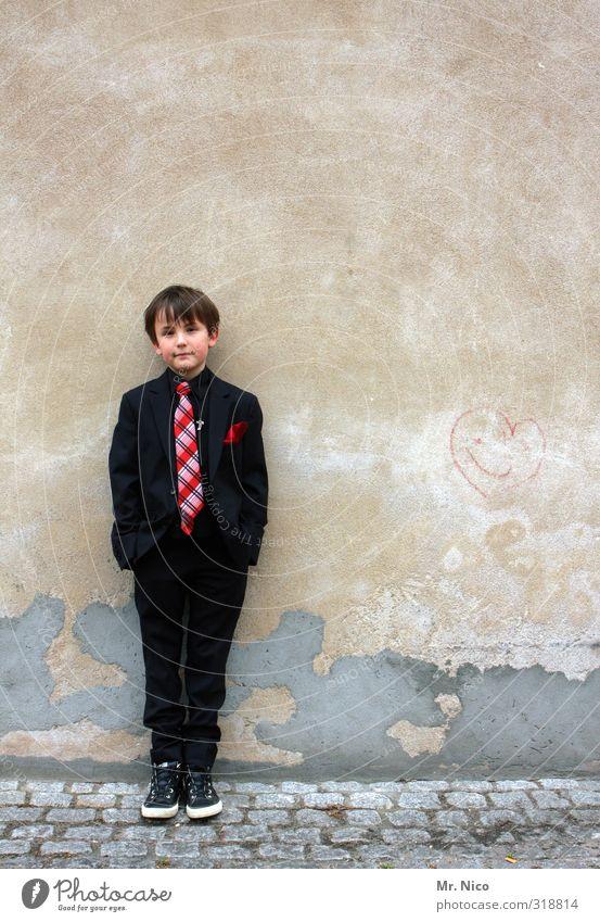 Anzugträger Lifestyle maskulin Junge 1 Mensch 8-13 Jahre Kind Kindheit Gebäude Mode Krawatte beobachten stehen frech trendy Gelassenheit Langeweile Coolness