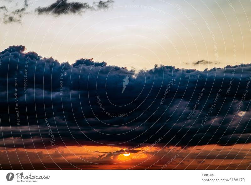 Weltschmerz / Sonnenuntergang mit Wolken Himmel Natur blau schön Landschaft Ferne dunkel Umwelt orange Wetter Klima bedrohlich nur Himmel